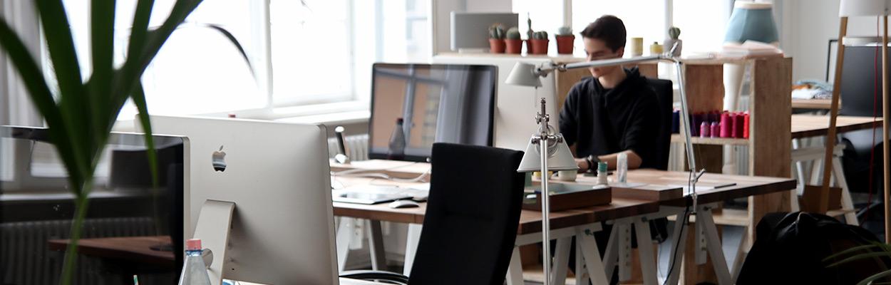 Jeune homme travaillant dans un open-space