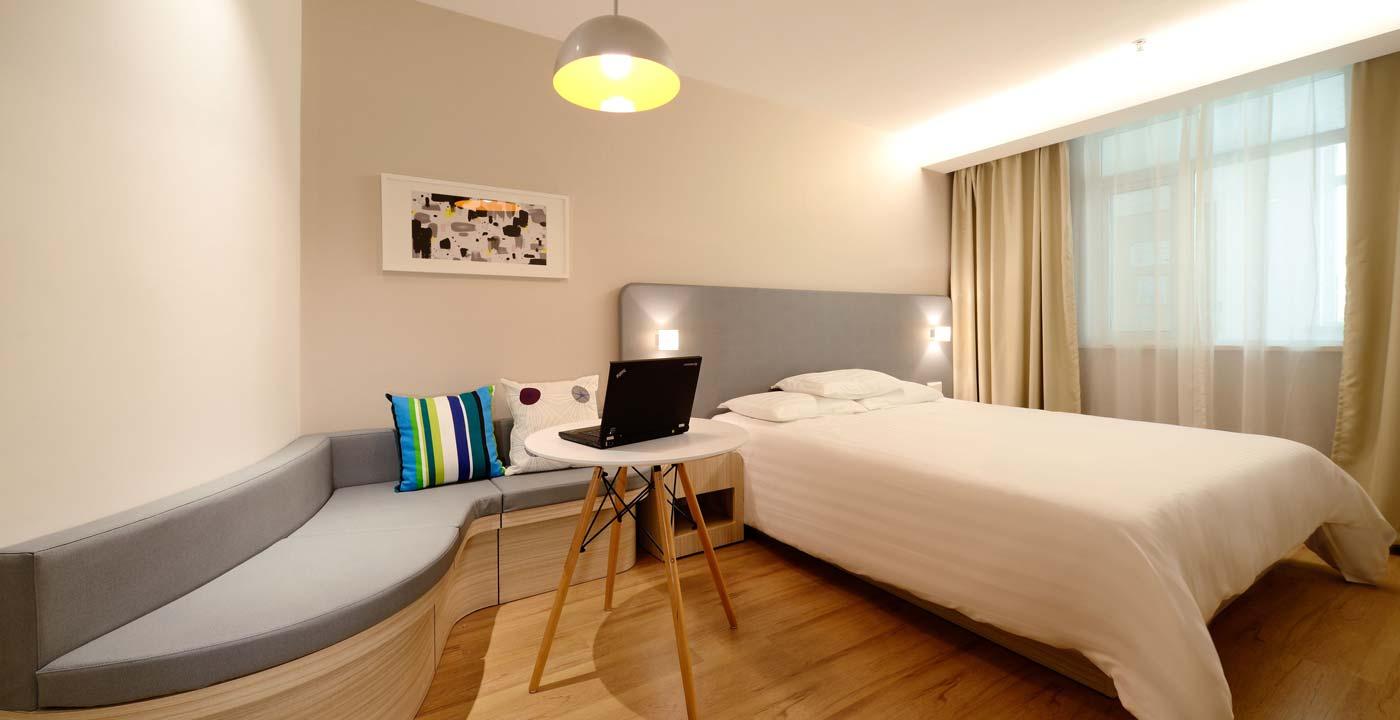 Chambre d'hôtel avec un ordinateur portable